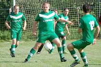 Fotbalisté Kladerub (zelené dresy).