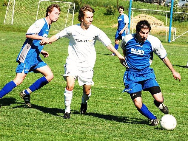 Fotbalisté Vigantic (modré dresy) v zápase proti sestupem ohroženému Vsetínu dali pádnou odpověď všem škarohlídům o vzájemné pomoci a soupeře porazili 2:0. Foto:
