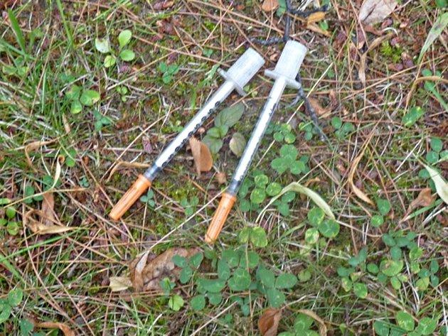 Odhozené injekční stříkačky nejvíce nacházejí pracovníci veřejné úklidové služby.