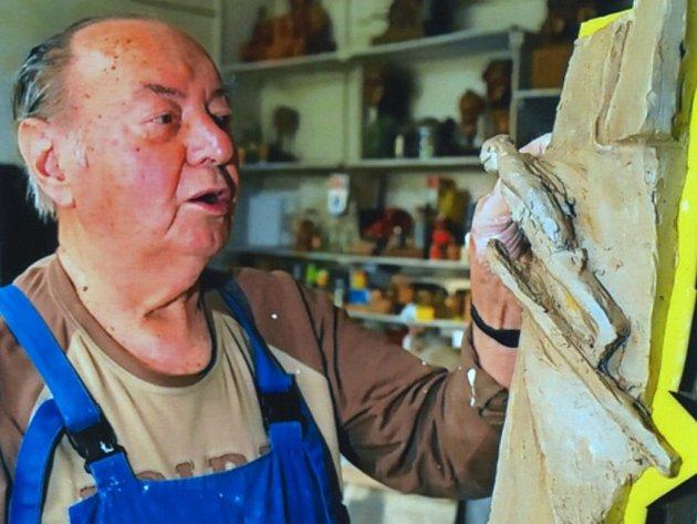 Akademický sochař Miroslav Rybička z Jistebníku pracuje na modelu náhrobku pro Jiřího Rašku na Valašský Slavín ve Valašském muzeu v přírodě v Rožnově pod Radhoštěm.