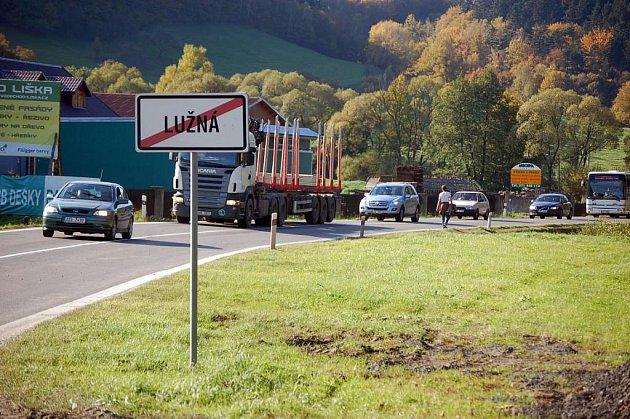 U Lužné na Hornolidečsku opravují silnici. V obci se tvoří velmi dlouhé kolony. Dopravní omezení potrvá do pondělního večera (11. října)