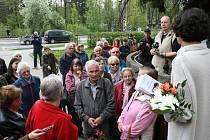 Jednou z akcí u příležitosti 70. výročí osvobození Rožnova pod Radhoštěm byla v pondělí 4. května procházka ulicemi města zaměřená na místa spjatá s osvobozením. Průvodcem byl spisovatel Richard Sobotka (uprostřed).