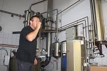 Začíná sezona pálení, Petr Širočka z Češkovy pálenice se připravuje na nápor zákazníků.