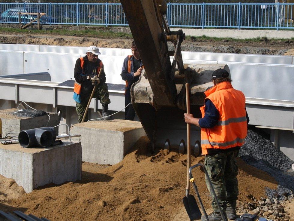 Ve Vsetíně probíhá rozsáhlá rekonstrukce letního koupaliště u průmyslové školy.