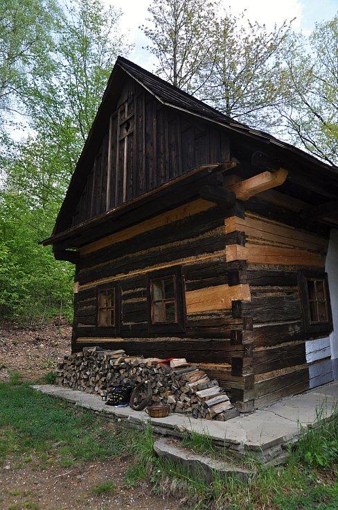 Polčáková chalupa z Prlova umístěná v areálu Valašské dědiny ve Valašském muzeu v přírodě v Rožnově pod Radhoštěm; 7. května 2020