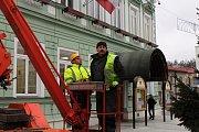 Vánoční strom pro Rožnov věnovala letos městu rodina Mrhalova. Odborníci ho uřezali ve Viganticích a převezli na náměstí v pondělí 26. listopadu 2018.