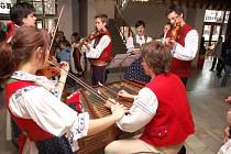Velikonoční výstava a ukázky řemesel v Hovězí, pletení tatarů, zdobení kraslic, vynášení Mařeny, folklor, otevření výstavy velikonočních kraslic a vajíček dětí z mateřských škol Hornovsacka, Hovězí