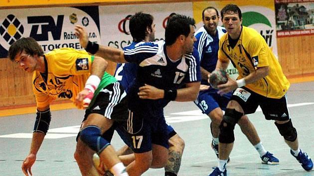 Na evropskou pohárovou scénu se Zubří vrací po roční pauze. Naposledy hráli Valaši v sezoně 2008–2009 Pohár PVP. Na snímku z tehdejšího prvního kola se zuberská spojka Štěpán Randýsek (ve světlém s míčem) probíjí obranou kyperského celku Strovolos.