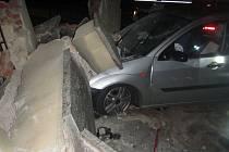 V Meziříčí boural Ford, na auto se zřítila zeď