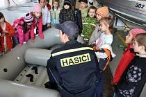 V hasičiských stanicích ve Zlínském kraji měli v pátek třináctého tradiční den otevřených dveří. Do vsetínské se přišly podívat děti ze Základní školy Integra.