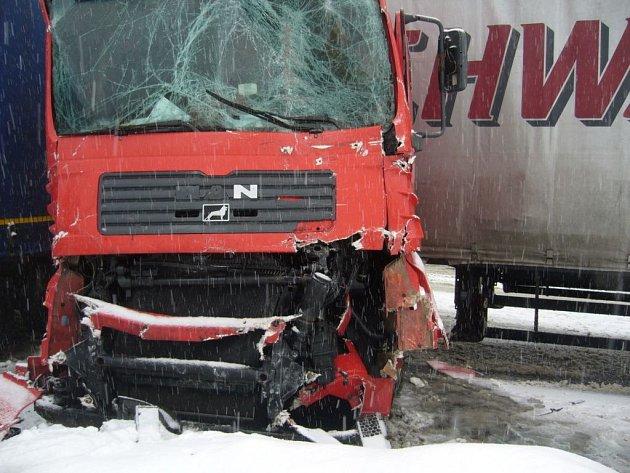 Dopravní nehoda dvou kamionů v Horní Bečvě.