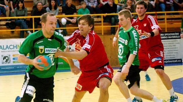 Jozef Hanták (s míčem) se po bezmála roce vrátil na místo činu do Zubří.