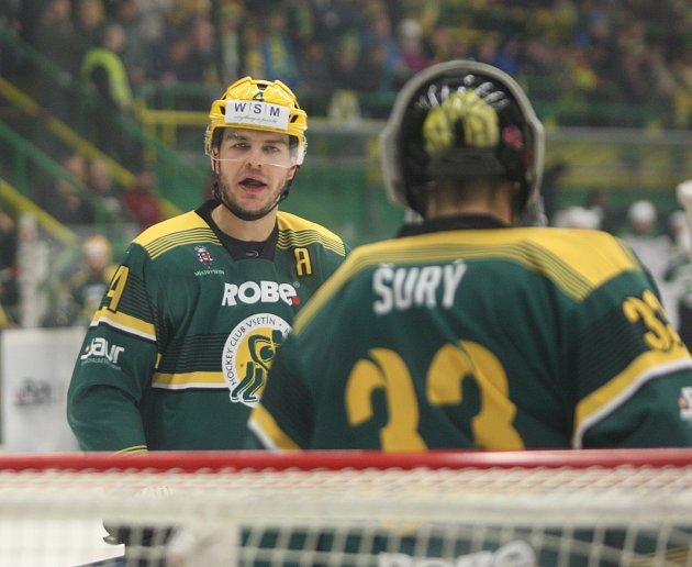 Hokejisté Vsetína v rámci 3. duelu čtvrtfinálové série play-off v sobotu na svém stadionu potřetí podlehli Karlovým Varům 0:6. Odveta na vsetínském Lapači je na programu v neděli od 17.30 hodin.