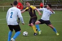 Fotbalisté Hutiska (tmavší dresy) doma porazili Jablůnku 3:0.
