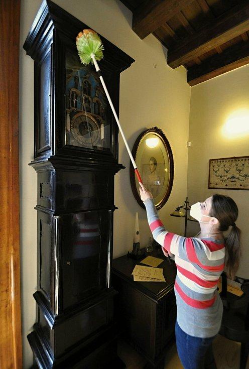 Veronika Hynková, průvodkyně na Zámku Lešná u Valašského Meziříčí, pečuje o orloj, který pochází z pozůstalosti po Františku Hlavicovi, akademickém malíři ze Vsetína.
