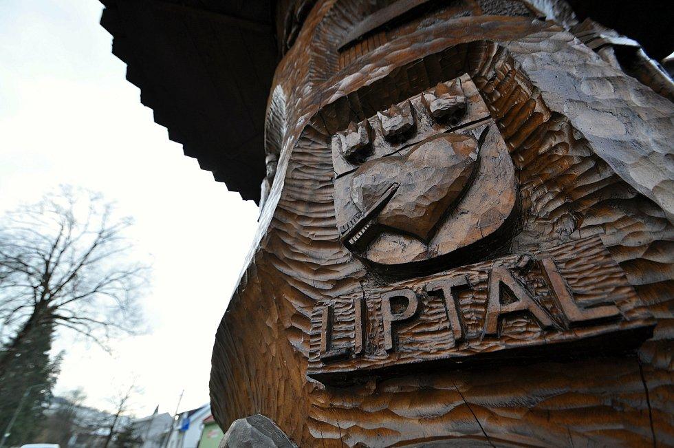 Liptál - Strom života vytvořený řezbářem Zdeňkem Matyášem z kmene 140 let staré lípy. Na sedmnácti reliéfech je znázorněný život Valachů.
