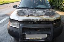 Požár osobního vozidla Land Rover likvidovali včera hasiči v Dolní Bečvě.