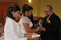 Po takřka třiceti letech si řekli v sobotu první snoubenci své ano na Obecním úřadu v Mikulůvce.