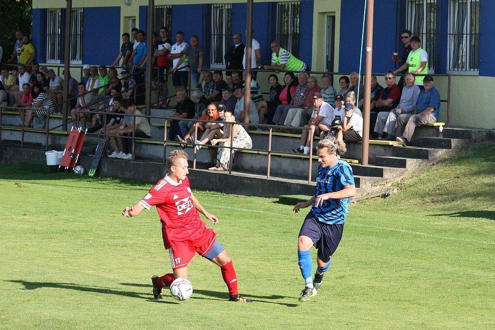 Fotbalisté Valašského Meziříčí (v červených dresech) prohráli na hřišti ve Všechovicích 0:2.