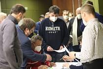 Ve čtvrtek odpoledne ve vsetínském kině Vatra proběhla Volební valná hromada OFS Vsetín. Staronovým předsedou se stal přesvědčivě Stanislav Volek.