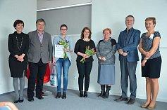 Nejlepšími knihovnicemi okresu Vsetín za rok 2017 jsou Pavlína Havlíková z knihovny v Pržně (s kyticí vpravo) a Veronika Janů z Knihovny města Zubří (s kyticí vlevo).