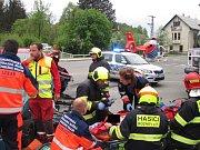 Po nehodě tří vozidel museli zraněnou ženu i její dítě transportovat vrtulníkem