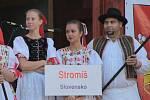 Členové souboru Stromíš ze Slovenské obce Vlachovo
