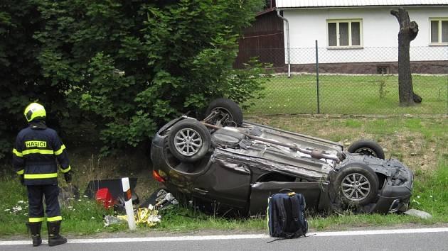 Řidiče přemohl mikrospánek, auto obrátil na střechu.