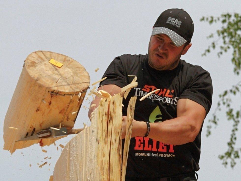 Osminásobný mistr republiky v dřevorubeckých sportech Jan Svoboda z Liptálu.