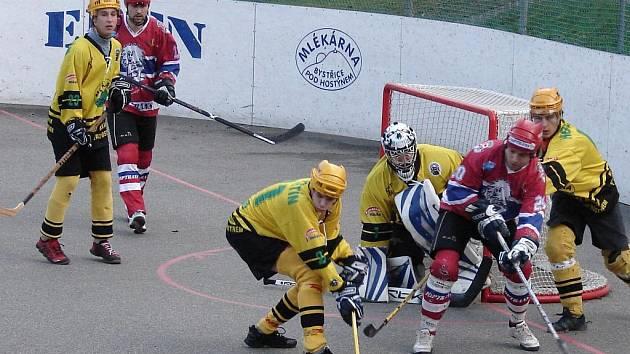 Hokejbalisté Vsetína (žluté dresy).