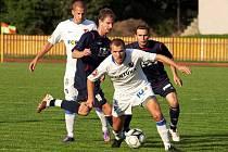 V prvním poločase profesorský fotbal ze strany Baníku Ostrava B (bílé dresy) slavil úspěch. Jenže druhá část patřila hráčům Meziříčí, kteří dokázali nakonec remízovat 2:2.