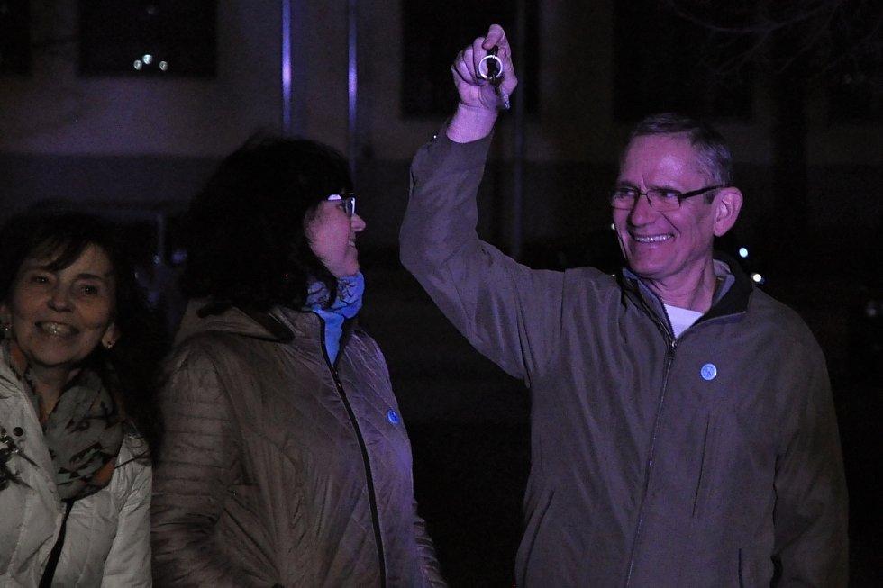 Lidé zvoní v neděli 17. listopadu 2019 klíči na vsetínském náměstí Svobody u příležitosti oslav 30. výročí sametové revoluce.