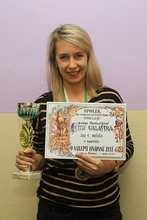 Členové Spolku pro zachování valašských tradic uspořádali 1. února 2020 na Jasence na Moštárně devatenáctý ročník soutěže O najlepší hňápané zelé. Vítězka letošního ročníku Andrea Machulíková.
