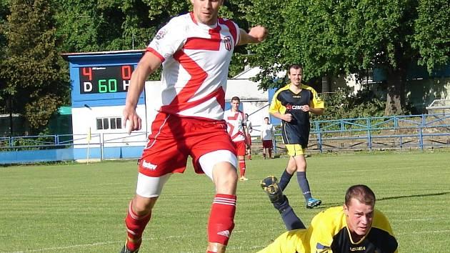 Vsetín (s míčem Jiří Válek) doma porazil Nedašov 5:0.