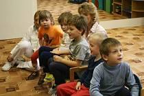 Děti s autismem nebo kombinovanými vadami ve speciální třídě Mateřské školy 1. máje 1153 v Rožnově pod Radhoštěm.