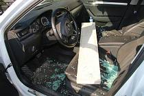Řidič Superbu našel ve středu 25.7.2018 ráno místo své peněženky v zaparkovaném autě betonový obrubník. Zloděj ukradl sedm set, škoda na autě je padesát tisíc.