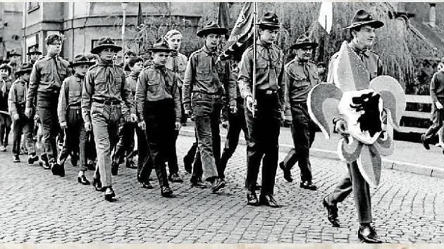 1970. Prvního května 1970 vyrazili valašskomeziříčští skauti do prvomájového průvodu.
