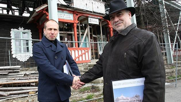 Podepsání smlouvy o dílo na stavbu objektu Libušín na Pustevnách. Vlevo Jan Všetečka, vpravo Jindřich Ondruš.