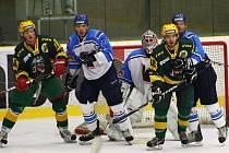 Hokejisté Valašského Meziříčí (bílomodré dresy) opět dobyli Lapač, vyhráli ve Vsetíně 5:2.