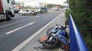 Nedala přednost motorkáři. Srážka skončila zraněním