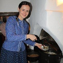 Sabrina Pasičnyková z Valašského muzea v přírodě během vánočního jarmarku vařila a zájemcům servírovala pokrmy, které naši předkové připravovali na štědrovečerní hostinu.