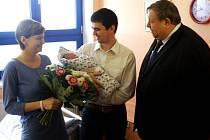 Hejtman ZK Stanislav Mišák (vpravo) přijel poblahopřát do nemocnice ve Valašském Meziříčí Janě a Martinu Gajdošovým, kterým se narodilo první miminko roku 2015 ve Zlínském kraji. Syn Vít přišel na svět 1. ledna 2015 ve 2 hodiny a 37 minut ráno.