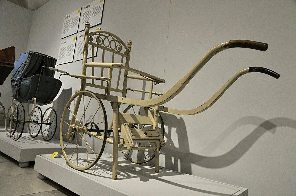 Trakářek. Dřevěné trakářky byly jedním z typů sportovního dětského kočárku. Typické pro ně jsou dvě velká kola s drátěným výpletem a čtyři opěrné nohy, z nichž přední bývaly později navíc opatřené malými kolečky pro lepší manipulaci s kočárkem. Běžně se u