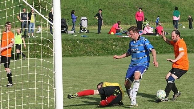 Fotbalisté Zašové (modré dresy) doma porazili Ratiboř 3:0.