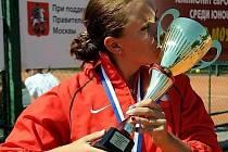 Anna Slováková s pohárem pro mistryni Evropy do 16 let.