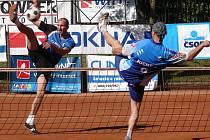 Nohejbalisté Vsetína (černé trenýrky) první semifinále play out extraligy zvládli, Čakovice porazili doma 5:2.