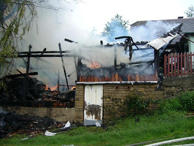 Rozsáhlý požár stodoly na samotách u obce Dušná.