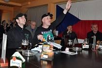 Hosté Music Clubu Lapač na vsetínském zimním stadionu sledují důležité utkání české hokejové reprezentace na olympijském hokejovém turnaji v Soči s týmem Slovenska.