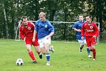 Fotbalisté Kelče (modré dresy) před pěknou návštěvou doma rozstříleli Březnici 5:0 a v tabulce B skupiny 1. B třídy jsou první.