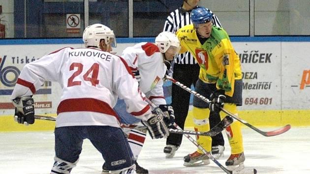 Pohár bobra: utkání HC Velké Karlovice (žluté dresy) - HC Kunovice.